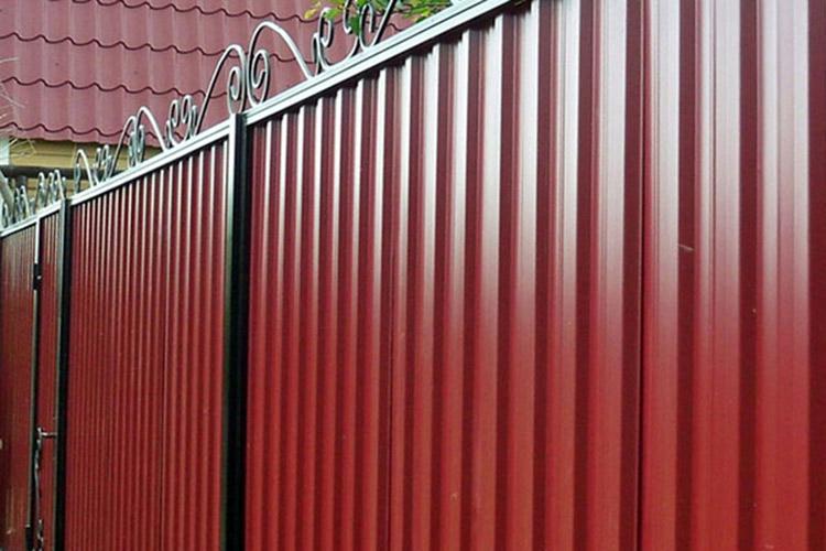 Применение профнастила Н35 - забор